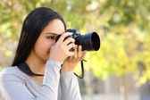 Photograph woman learning photography in a park — Foto de Stock