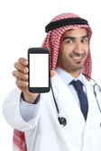 Saudiska arabemiraten man visar en tom smart telefon-app — Stockfoto