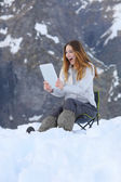 Amazed wow woman looking a tablet application on holidays — Foto de Stock