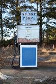 Pompa di benzina abbandonata con costruzione — Foto Stock