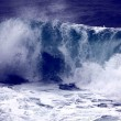 Big wave with sea foam and blue water — Stock Photo