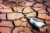 Fles op de dorre aarde — Stockfoto