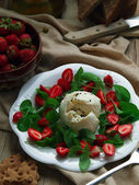 Mozarella Strawberry And Arugula Salad — Stock Photo