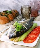 Dorada z szparagi, pomidor, seler szypułka, rzeżuchy i czosnek bułeczki — Zdjęcie stockowe