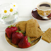 Cofee, cookies and strawberries — Stock Photo
