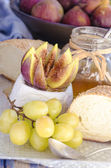 Goat cheese Camembert, grape, fig, honey and sesame bun — 图库照片