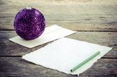 Psaní dopisu ježíškovi na vinobraní dřevěný stůl — Stock fotografie