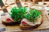 Bread with smoked turkey ham, broccoli sprouts and mustard — Stock fotografie