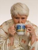 Femme buvant du thé — Photo