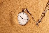 Reloj de bolsillo antigue en arena — Foto de Stock