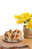 Hot cross buns and daffodils — Stock Photo