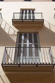 Varandas e janelas iluminadas com a luz do meio-dia — Fotografia Stock