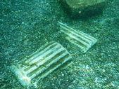 Rotte colonne sott'acqua in una primavera calda naturale — Foto Stock