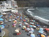 Families enjoying the black sand beach of Playa San Marcos — Stock Photo