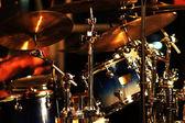 Hudebník hraje na bicí nástroje. — Stock fotografie