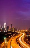 Lichte trail op de drukke snelweg — Stockfoto