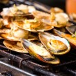 Foto Stock: Grilled mussels on grate