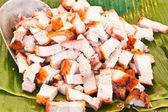 烤乳猪在香蕉叶上切一小块作为 — 图库照片