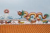 Sculpture de dragon sur le toit du temple chinois, à l'est de la thaïlande — Photo