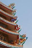 Dragon sculptuur op dak van chinese schrijn en de blauwe hemel, oosten — Stockfoto