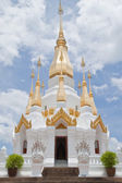 Gouden pagode en blauwe hemel in wat tham khuha sawan, ubonratchatha — Stockfoto