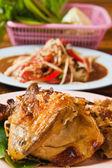Verse barbecue kip, Thaise papaja salade en fruit op de ta — Stockfoto