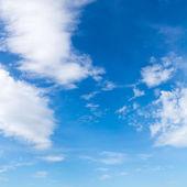 Błękitne niebo z chmurami — Zdjęcie stockowe