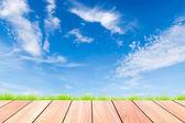 Tablón de madera y azul cielo — Foto de Stock