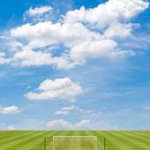 青空の背景を持つサッカー フィールド — ストック写真