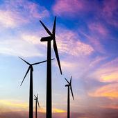风力涡轮机剪影上七彩的晚霞, — 图库照片