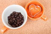 杯咖啡 bean 和 cookie 刀具软木背景上 — 图库照片