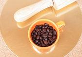 烤的咖啡豆在桌上的杯子 — 图库照片