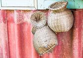 Cestas de vime artesanal para peixe pendurado na parede — Foto Stock