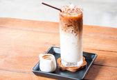 冷咖啡拿铁咖啡加白色 jar 中枪 — 图库照片