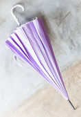 Fialový uv ochranu deštník na podlaze — Stock fotografie