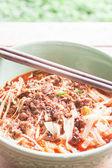 Et çorbası masada yemek çubukları ile baharatlı noodle — Stok fotoğraf