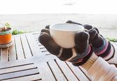 Horký šálek kávy v zimě — Stock fotografie