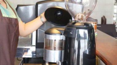 Barista hrnuly kávová zrna mlýnek skladem video — Stock video