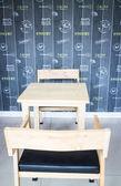 木製のテーブルと椅子のカフェで — ストック写真