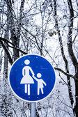 Walkway sign in winter park — Stock Photo