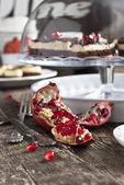 Romã na mesa festiva — Fotografia Stock
