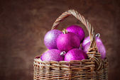 Brilliant Pink Christmas Balls in a Basket — Stockfoto