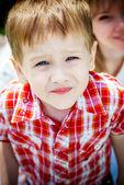 Garotinho olhando na câmera — Fotografia Stock