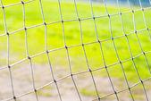 Eski futbol kapısı ve ızgara, yeşil zemin üzerine — Stok fotoğraf
