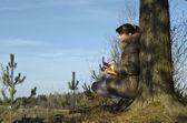 Portrét zasněné dívky v podzimním lese — Stock fotografie