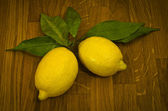 Lemons on a wooden table top — Stock Photo