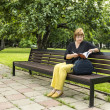 Woman plans to work dent sitting in the park in a lunch break — Stock Photo