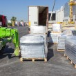 Foto Stock: Forklift loading pallets