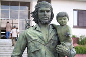 Guevara statue with a child — Stok fotoğraf
