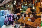 Buying olives in Istanbul — Stock Photo